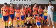 Eski lastiklerle çalışan kızlar, futsalda şampiyon oldu