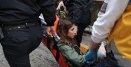 Genç kız silahla oynarken kendini vurdu