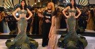 Hande Yener, fuarda çiçek şeklinde abiye giydi!