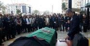 Hayatını kaybeden avukat için meslektaşları adliye önünde tören düzenledi