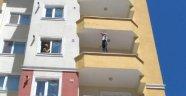 İntihar için balkona çıkan kızı, polis kurtardı