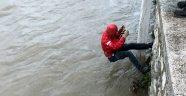 Kanala düştü, zor kurtarıldı