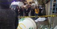 Kaza yapan servis minibüsü kaldırımdaki karı kocayı ezdi: 2 ölü