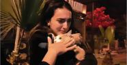 Kedisine kavuşunca gözyaşı döktü