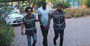 Kemer sokaklarında elinde taşla dehşeti yaşatan Sudanlı saldırgan yargılanıyor