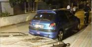 Kız arkadaşını otomobilde bırakıp kaçtı