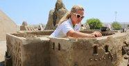 Müge Anlı, Aspendos Antik Tiyatrosu'nun kumdan heykelini yapıyor