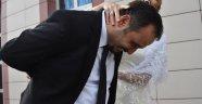 Polis gelin, meslektaşı damadı kelepçeyle nikah masasına oturttu