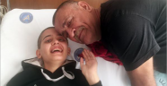 Tedavi gören kızı için saçını kestirdi