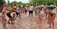 Turistler, Kemer'de sıcak havanın keyfini sürüyor