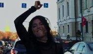 Trafikten sıkılınca aracın önünde dans etmeye başladı