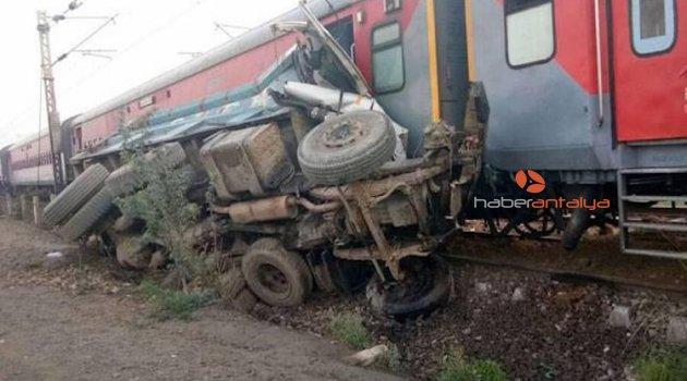 Tren askeri araçla çarpıştı: 4 ölü