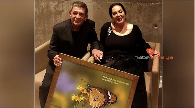 Türkan Şoray'a fotoğraf koleksiyonu hediye etti